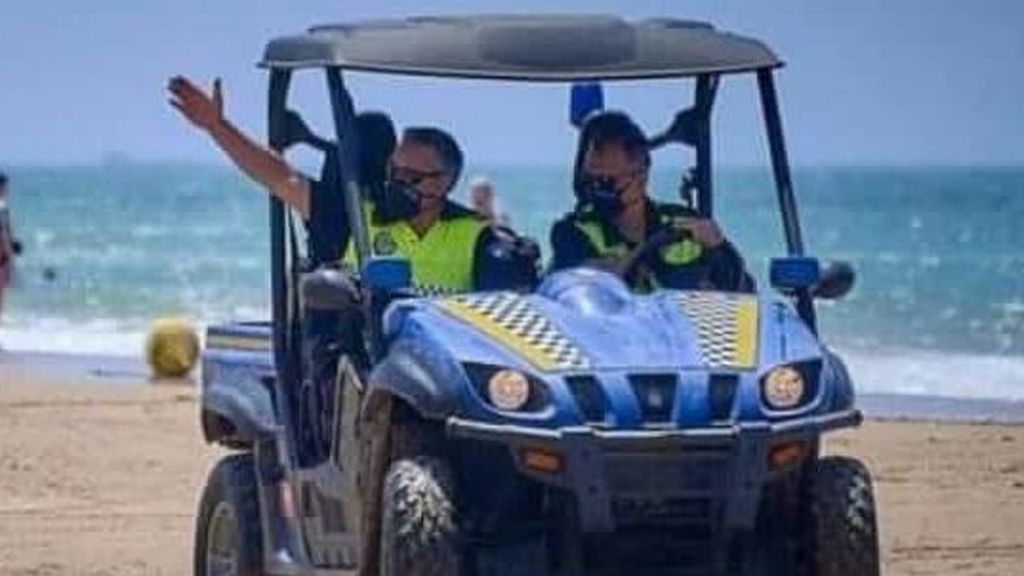 Una patrulla de la Policía Local de Cádiz, en la playa, durante la desescalada