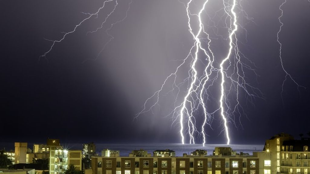 Tormentas eléctricas repentinas que rompen la calma: cómo se predice el fenómeno típico del verano