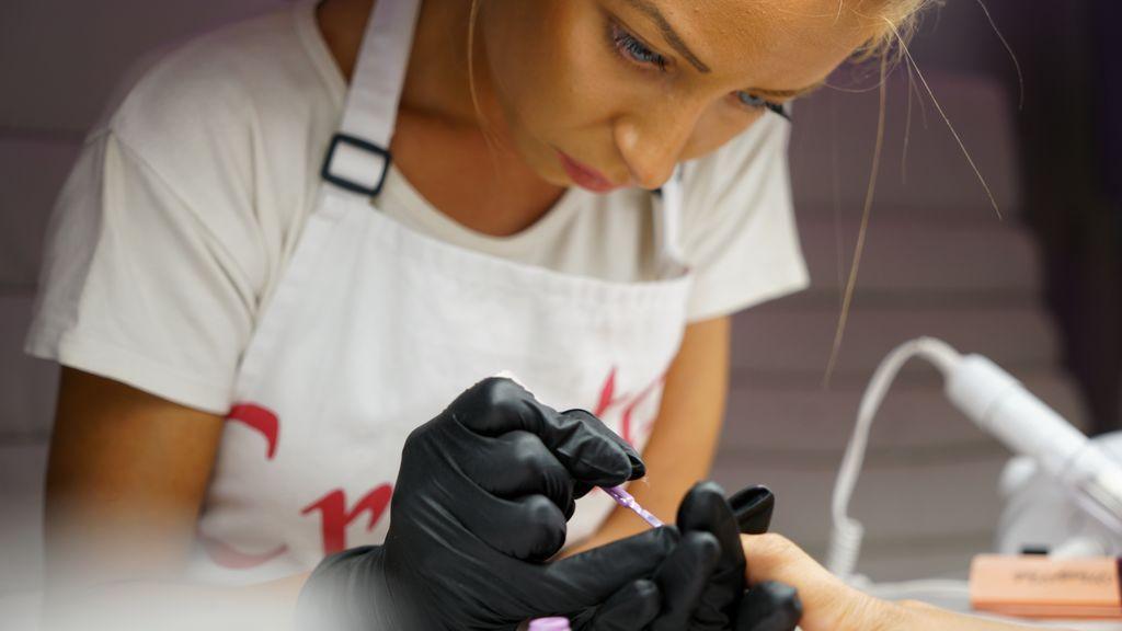 Una influencer pierde la punta de un dedo por el uso de un producto de baja calidad en su manicura