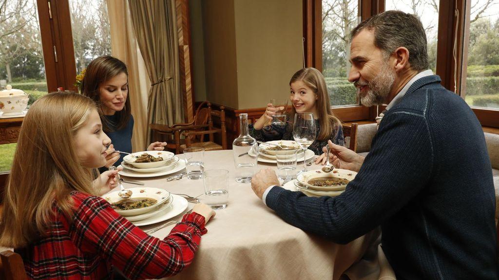 Los reyes comiendo junto a sus hijas