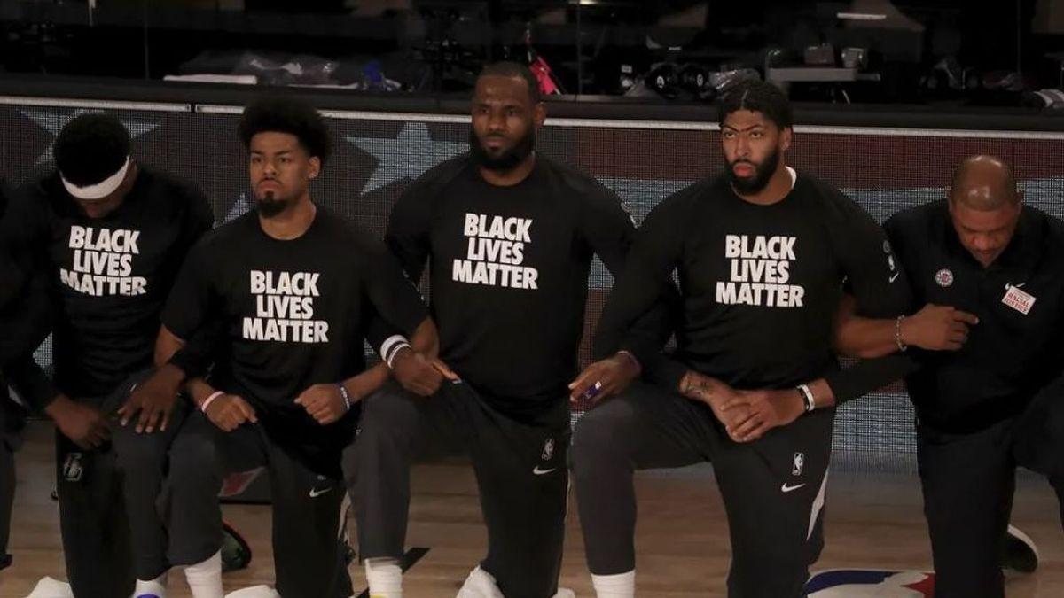 Los jugadores de la NBA de arrodillan para protestar contra el racismo: así fue la vuelta del baloncesto en Orlando