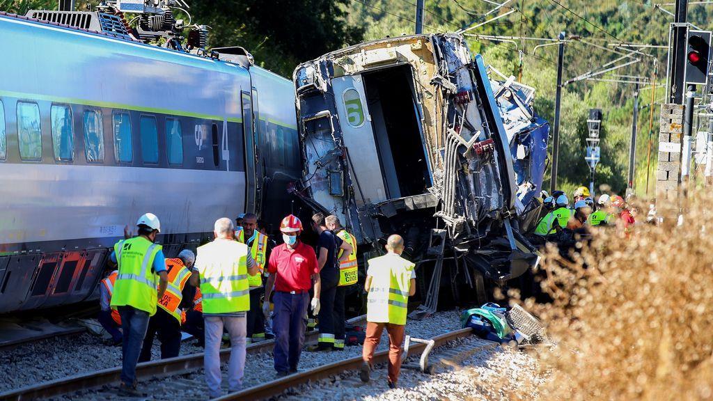 Dos muertos y una treintena de heridos al chocar y descarrilar un tren en Coimbra, Portugal