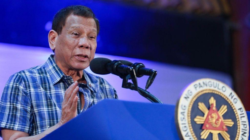 El presidente de Filipinas recomienda desinfectar las mascarillas con gasolina