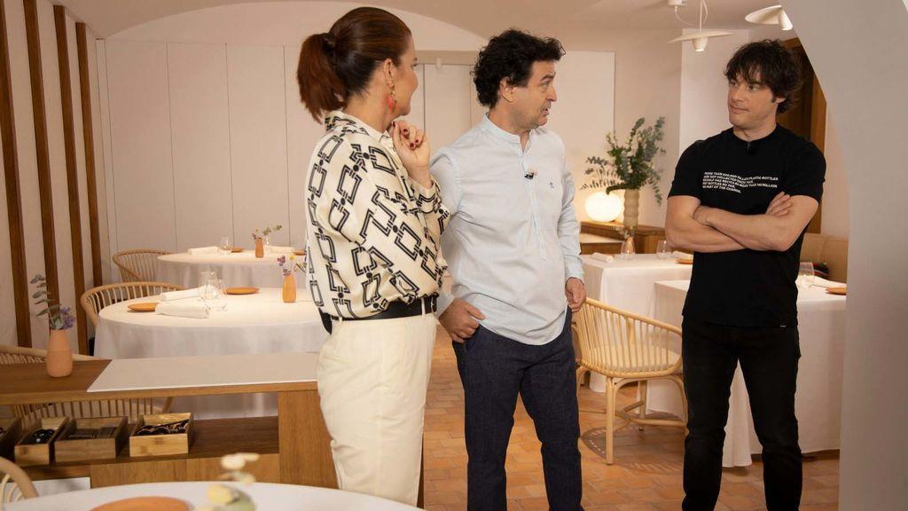 Pepe Rodríguez, entre los otros dos jueces de 'Masterchef', Samantha Vallejo-Nájera y Jordi Cruz.