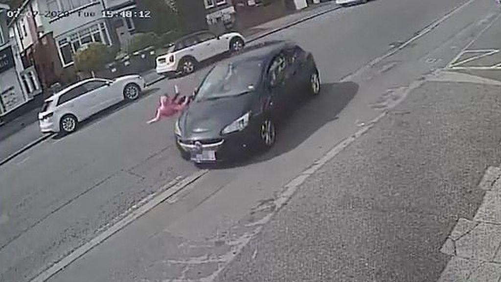 Una niña de 11 años sale volando arrollada por un coche al ir a cruzar la calle sin mirar