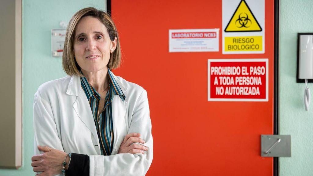 La viróloga Isabel Sola en el laboratorio de coronavirus del Centro Nacional de Biotecnología