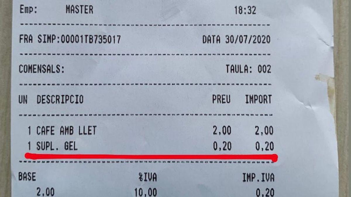 El ticket de una cafetería de Barcelona se vuelve viral: cobran un suplemento por ponerle hielo al café