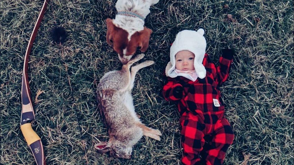 Beka Garris mostrando el conejo que ha cazado