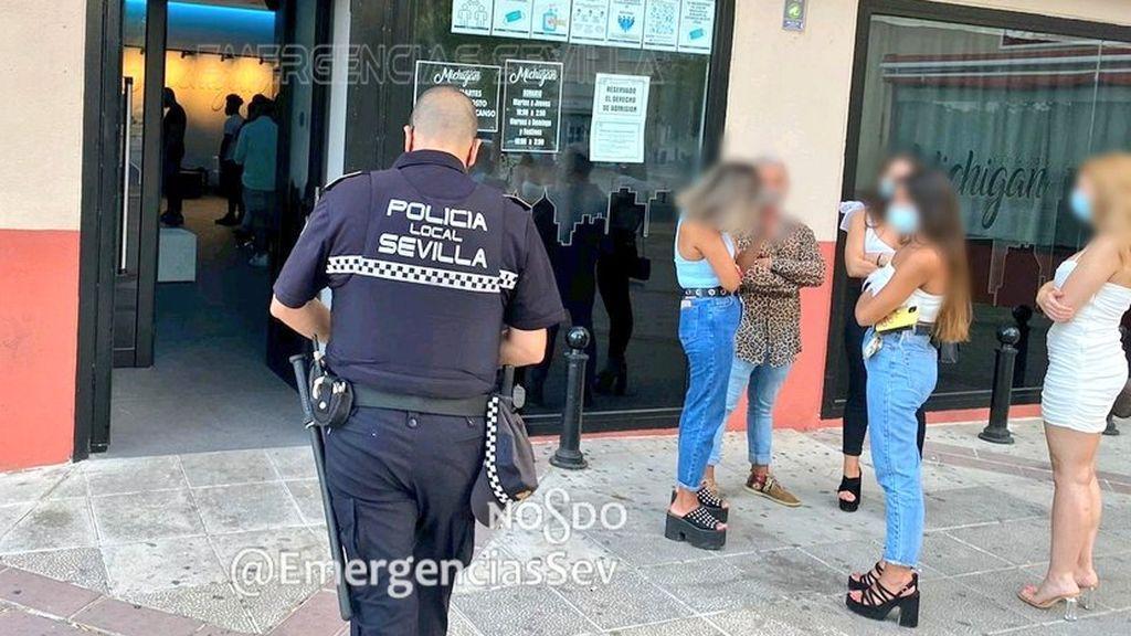 Desalojan un bar en Sevilla con 40 personas dentro sin mascarilla, fumando y fuera de horario