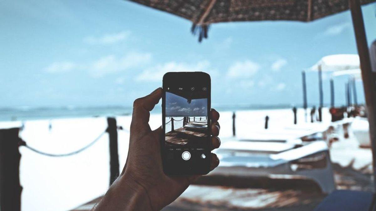 Cómo cuidar los móviles durante el verano: apágalo en la playa y utiliza telas para limpiar la pantalla