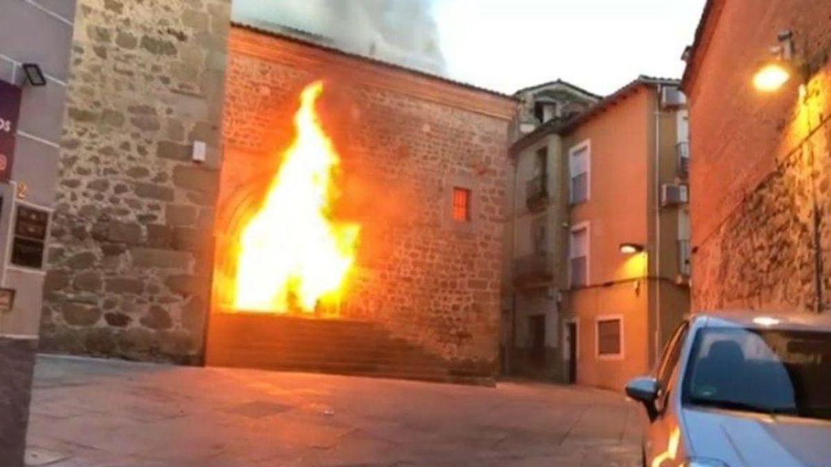 Un incendio en la iglesia de San Martín de Plasencia provoca daños en la puerta y el artesonado del interior