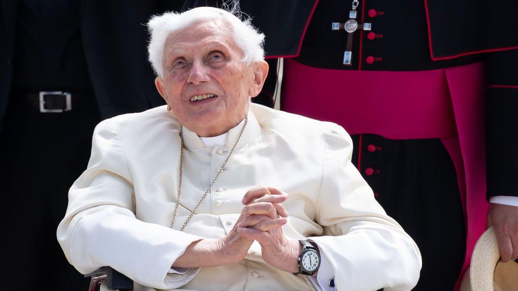 """El papa emérito Benedicto XVI se encuentra """"extremadamente frágil"""": """"Su voz apenas puede oirse"""""""
