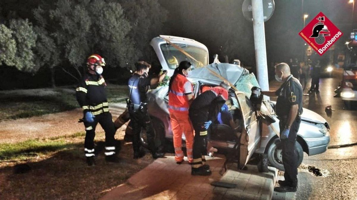 Fallece un joven de 18 años tras chocar su vehículo con una farola en Elda