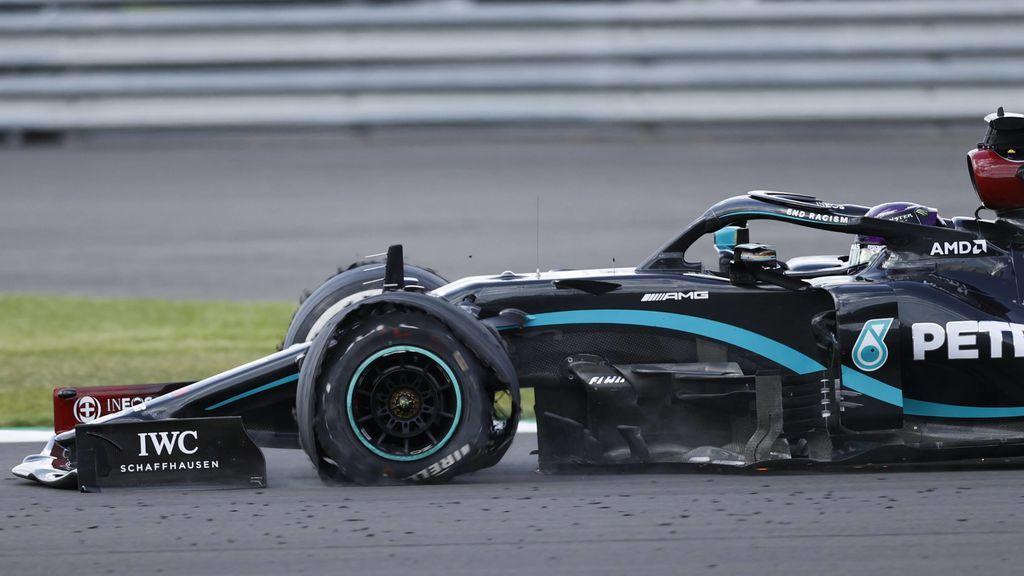 Agonía final en Silverstone: Carlos Sainz, Bottas y Hamilton pinchados con el británico ganando con tres ruedas
