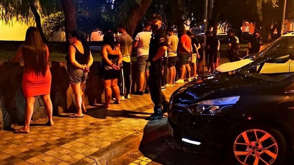 Sorprenden a más de 80 jóvenes bebiendo alcohol en patio de colegio de Getxo