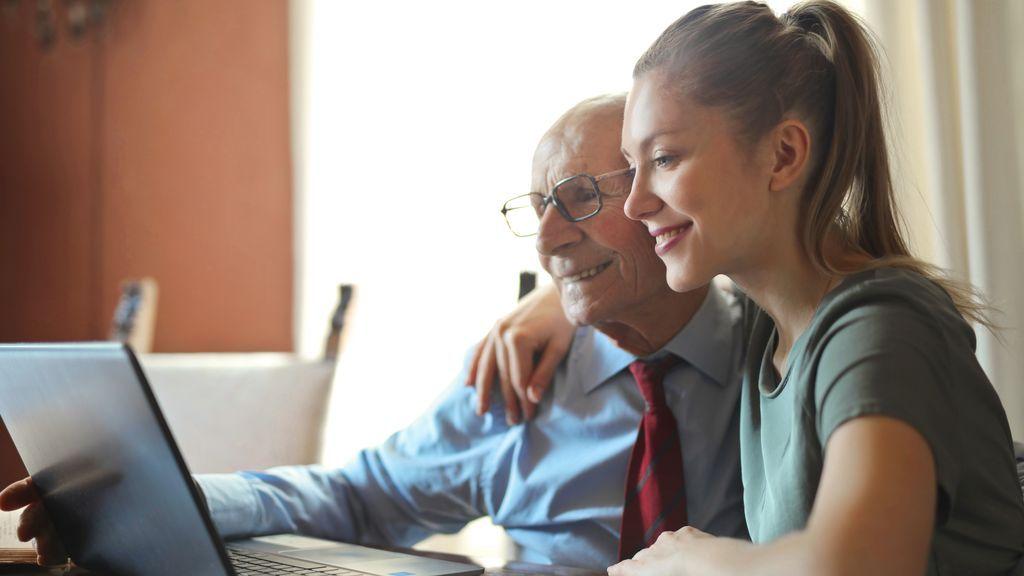 Jugar al parchís, realizar un curso online o hacer una sopa de letras: ejercicios para abuelos y nietos que estimulan la capacidad mental y física de las personas mayores