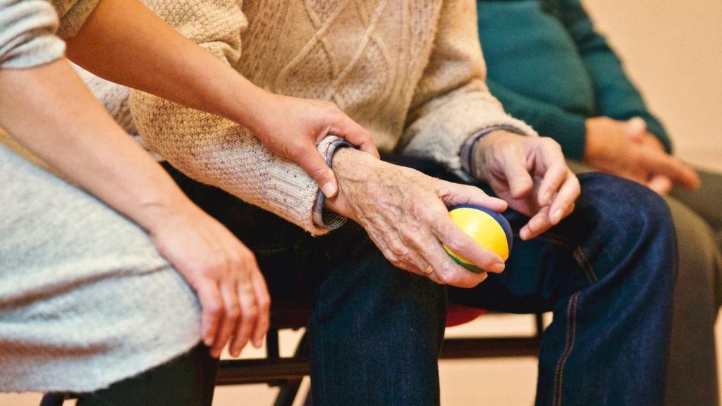 La edad parental del inicio de Alzheimer, clave para detectar y prevenir la enfermedad en las hijas