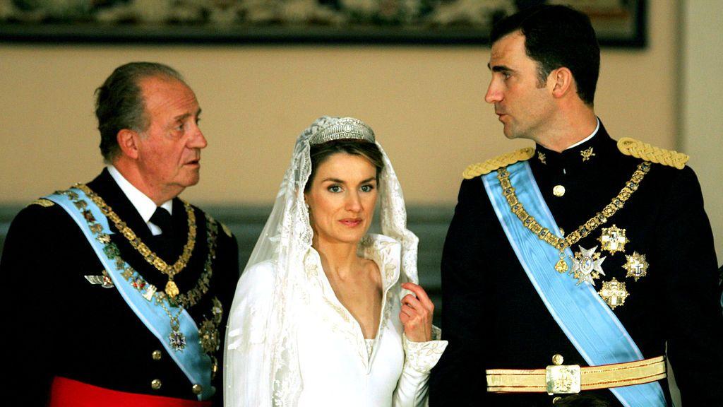 El rey Juan Carlos durante la boda de su hijo, el príncipe Felipe, y doña Letizia