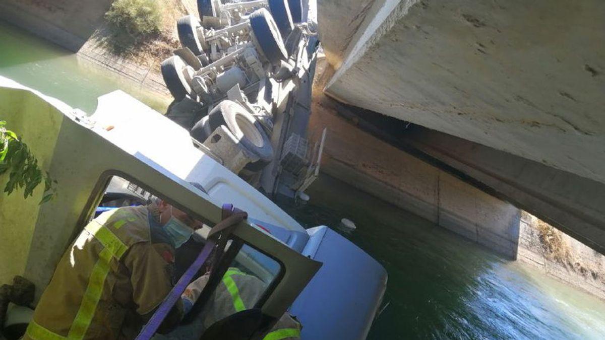 El aparatoso accidente de un camión precipitado en un canal de Lleida