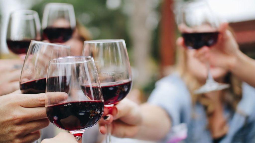 Un tuit de la Junta de Andalucía  incendia Twitter por fomentar el consumo de vino por sus efectos antienvejecimiento