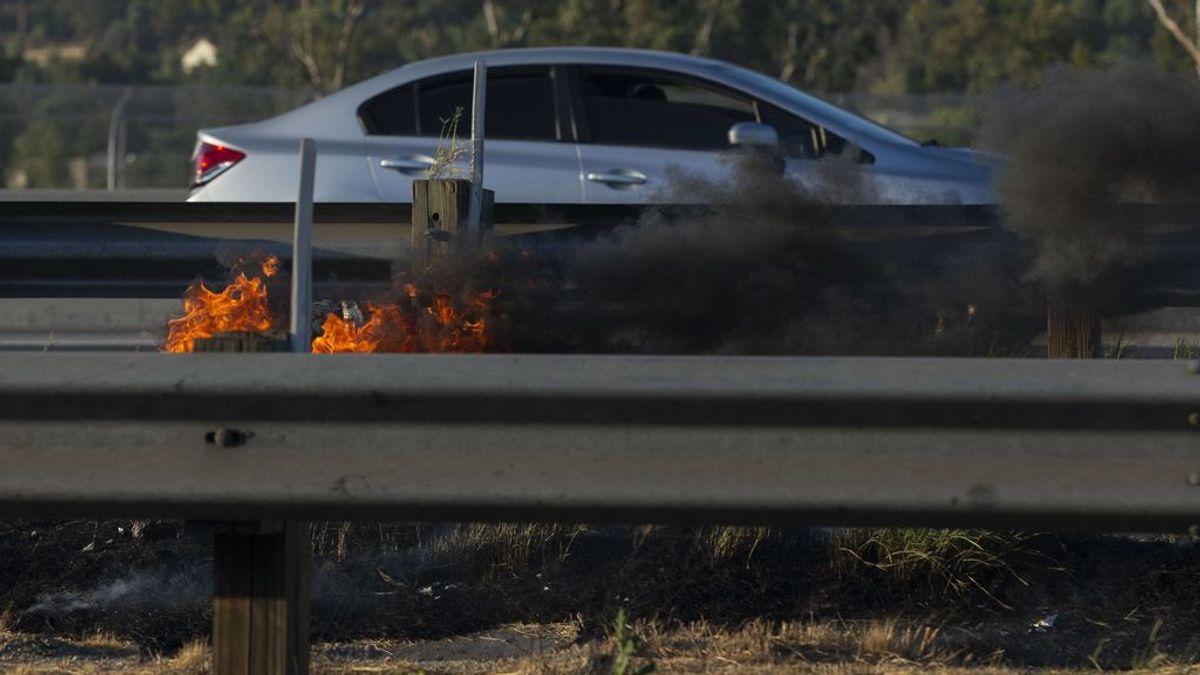 """""""Te bloqueas con el humo y no sabes reaccionar"""": claves en caso de encontrar un incendio con el coche"""
