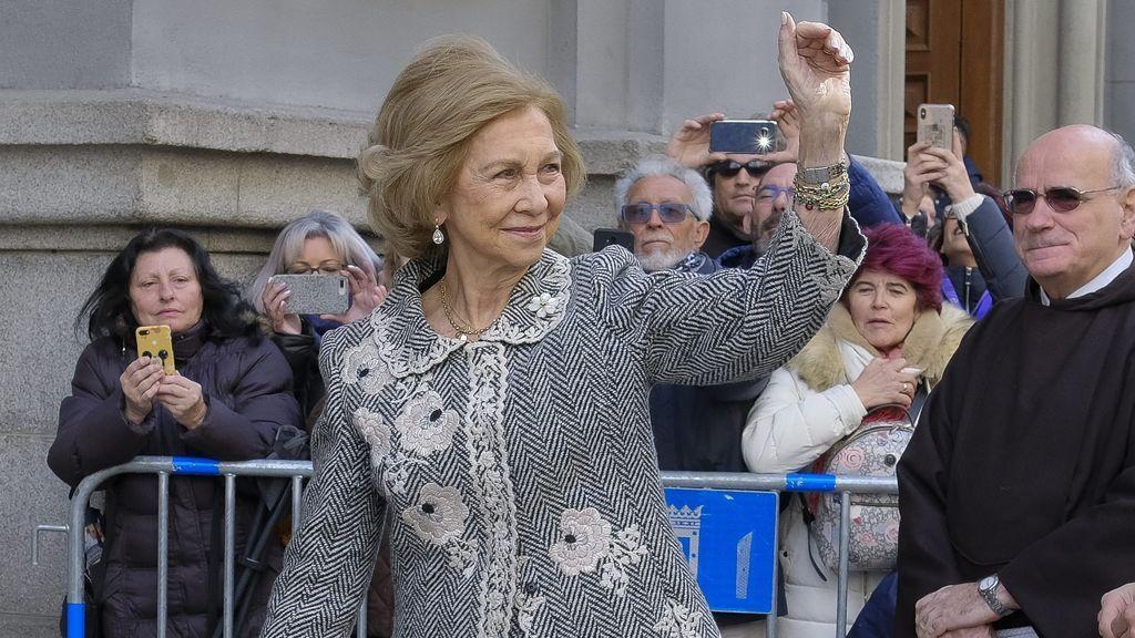 La reina Sofía saludando en uno de sus eventos