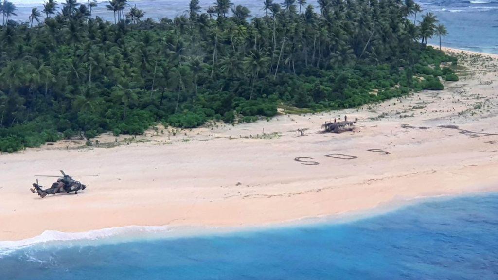 Rescatan a tres hombres perdidos en una isla desierta del Pacífico tras escribir un enorme SOS sobre la arena