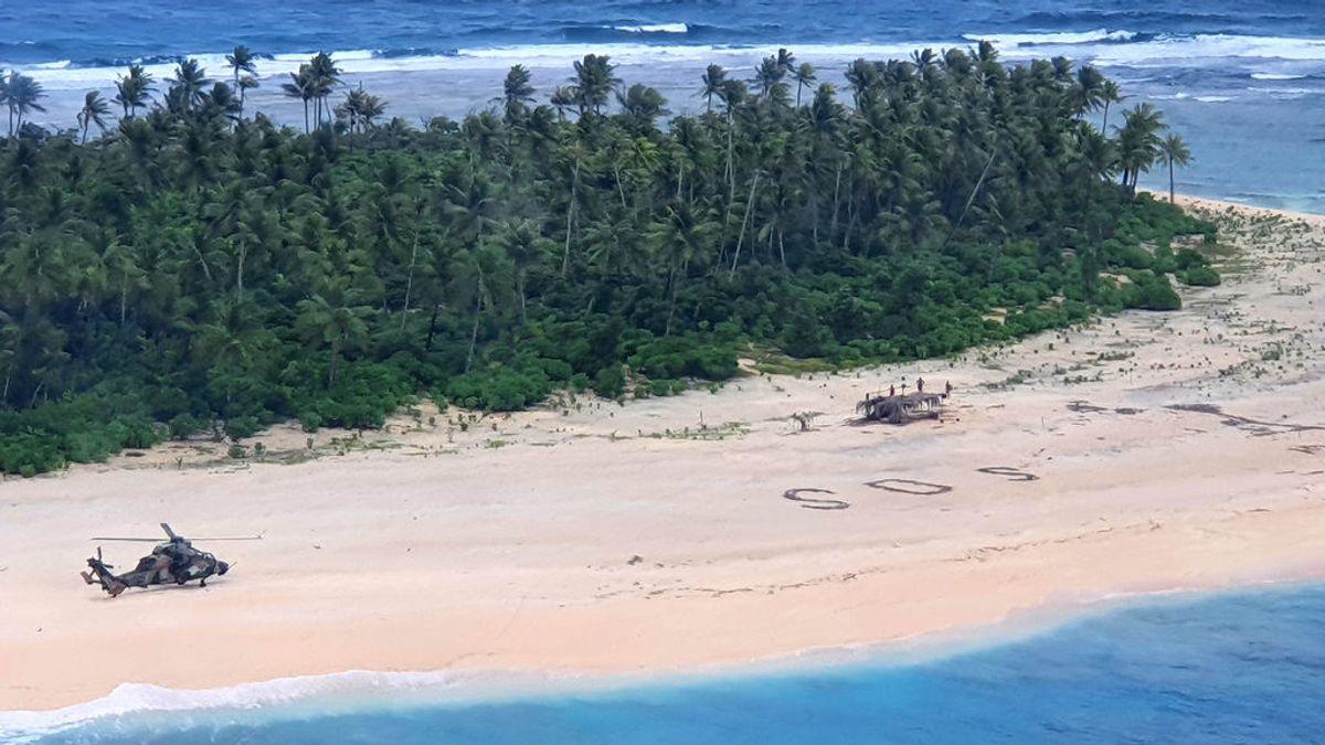 """Tres náufragos rescatados de una isla desierta por un """"SOS"""" escrito en la playa"""