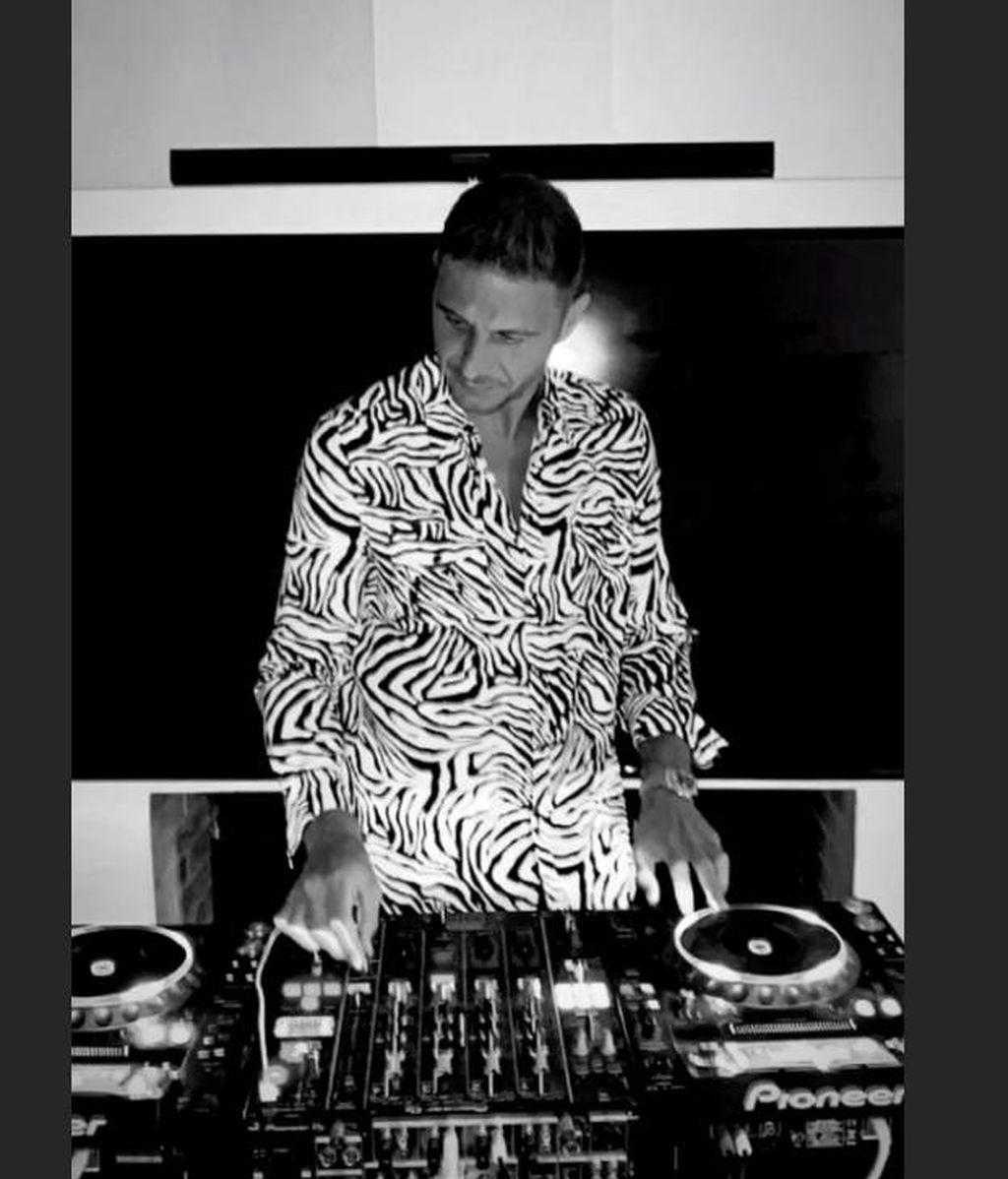 Joaquín Sánchez hace las funciones de DJ