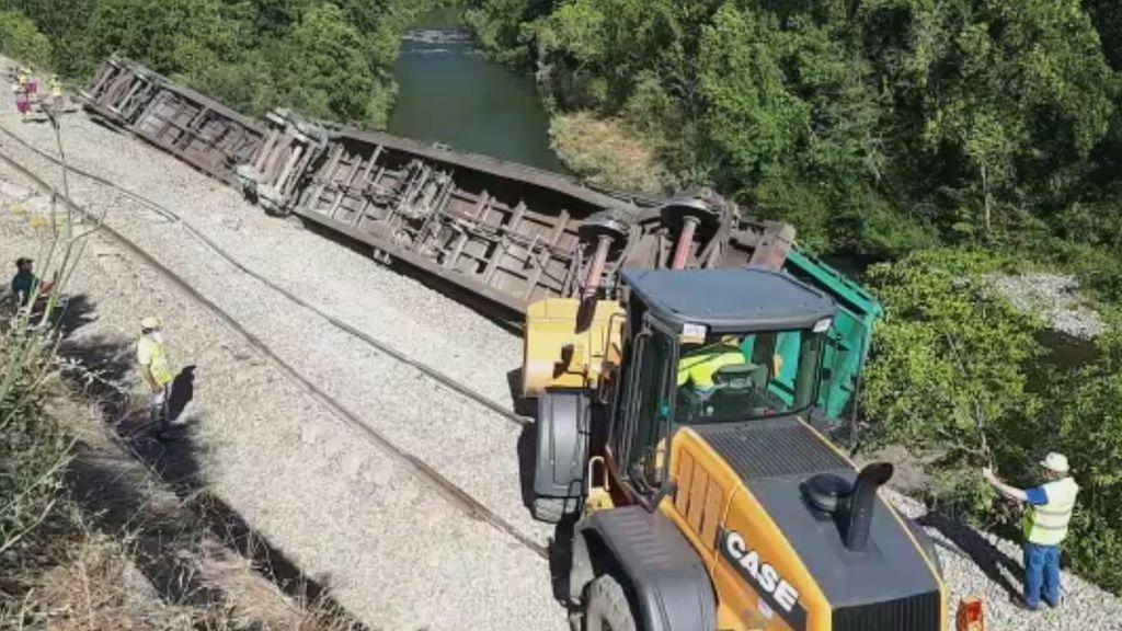 Lanzan al río Sil dos vagones de un tren descarrilado