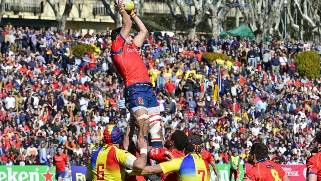 jugador de rugby recibiendo un balón en un saque de touch