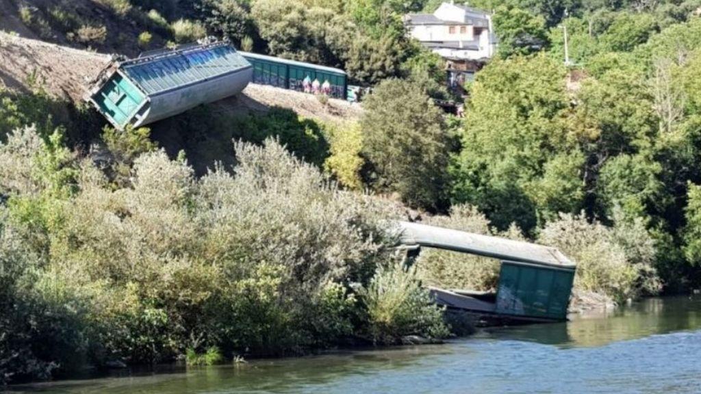 Adif podría enfrentarse a una multa millonaria por tirar dos vagones descarrilados al río Sil