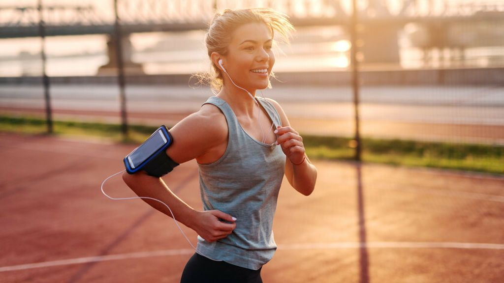 mujer deportista entrenando con un sistema Fartlek