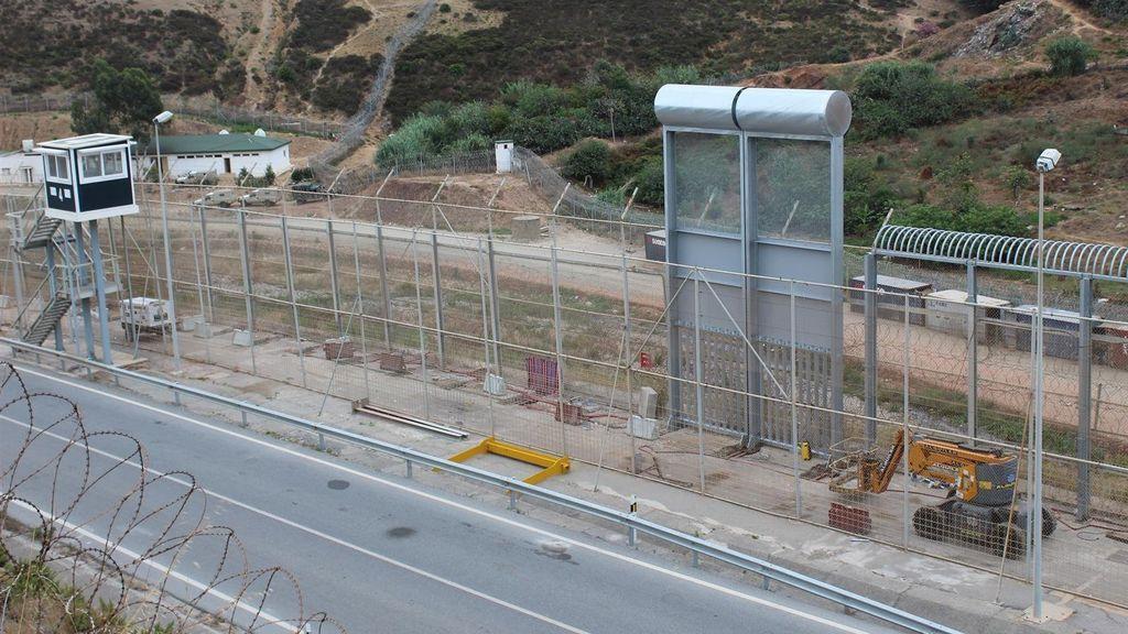 """Colocan la primera muestra de la nueva valla fronteriza """"menos lesiva"""" de diez metros de altura de Ceuta"""