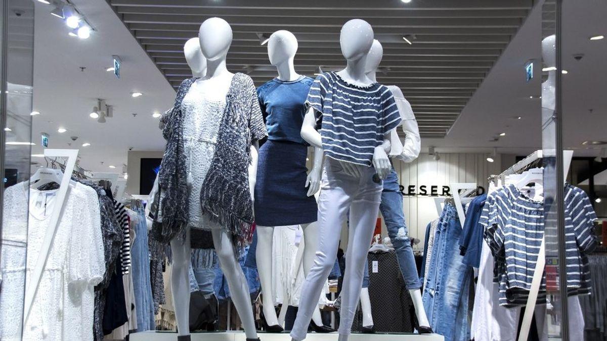 Las rebajas logran moderar la caída de venta de ropa, lastrada por la pandemia de coronavirus