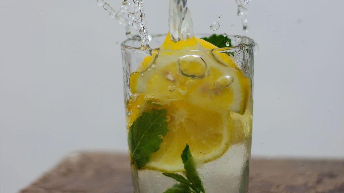 Beber agua con limón en ayunas perjudica la salud bucal