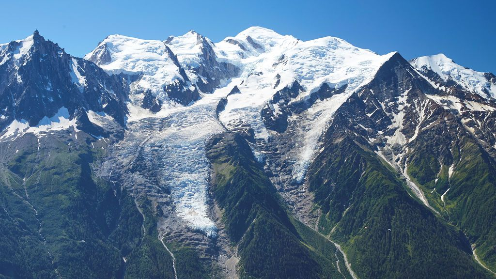 Evacuan un pueblo de los Alpes por peligro a que colapse un glaciar del Mont Blanc