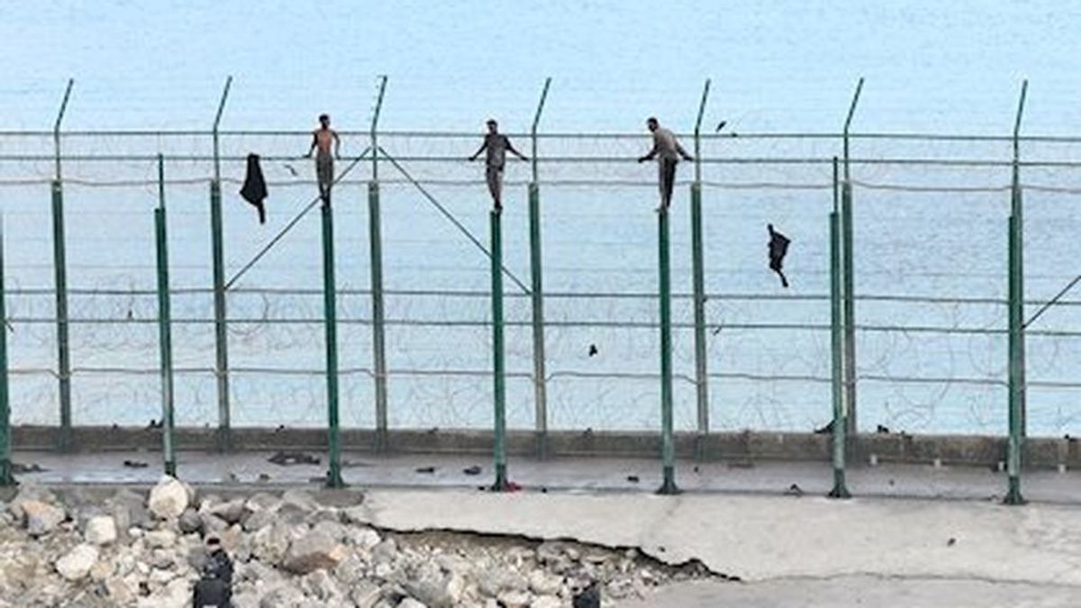 Salto a la inversa: un inmigrante intenta 'salvar' la valla de Ceuta para volver a Marruecos por el covid