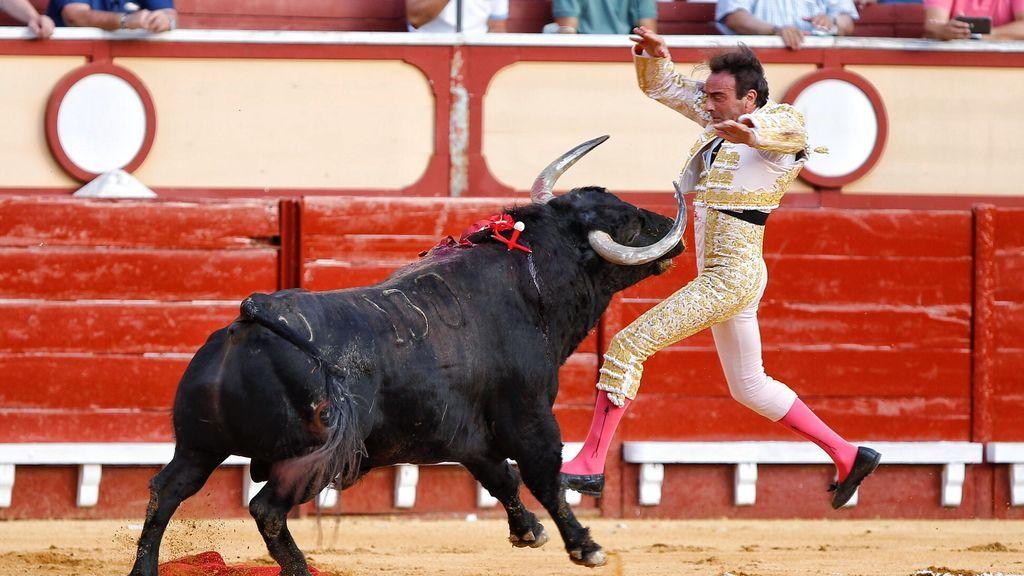 Cogida de Enrique Ponce al entrar a matar al primer toro en El Puerto