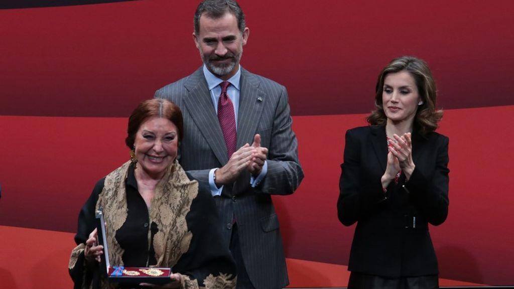 Blanca del Rey recibe de manos de los reyes la Medalla de Oro de las Bellas Artes en 2016.