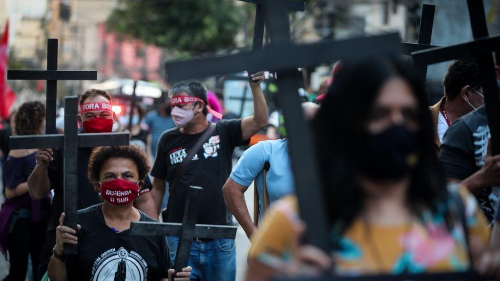 """- Personas sostienen cruces en la caminata """"Día de Luto"""""""
