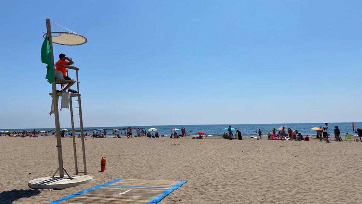 La batalla por el espacio en la playa: Palafrugell prohíbe dejar la toalla y Oropesa plantar la sombrilla