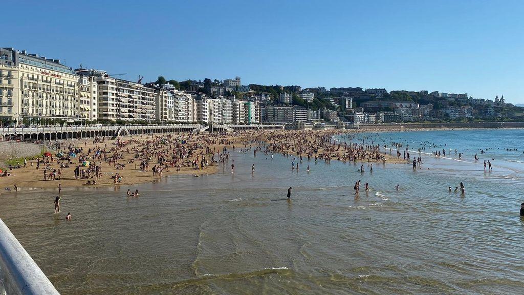 Imagen de la playa de La Concha con pleamar.