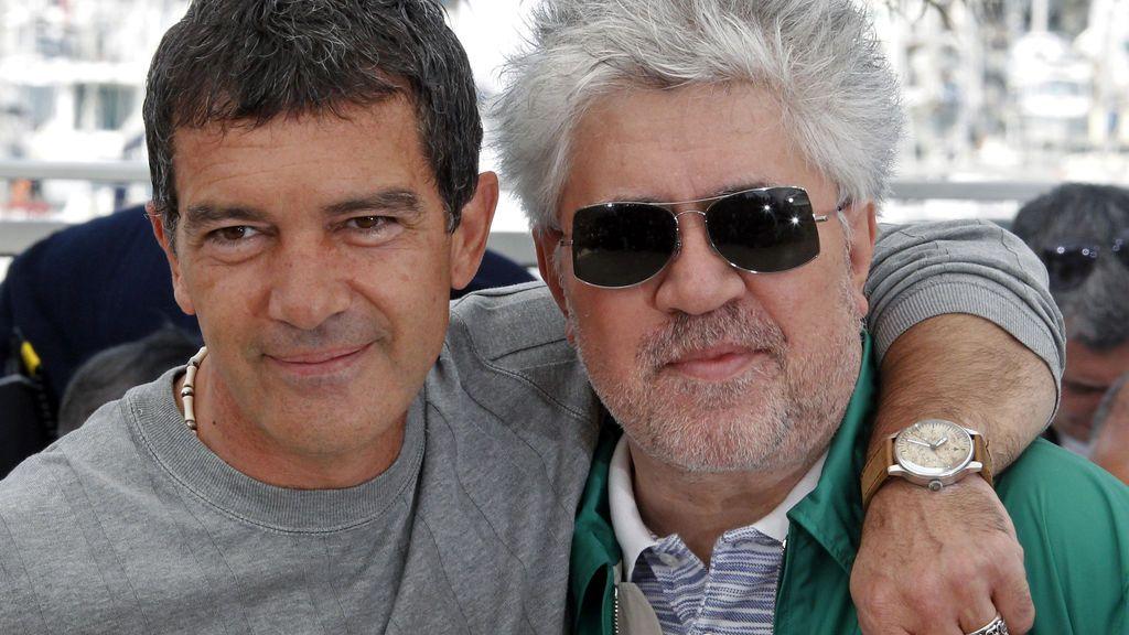 El actor junto al cineasta Pedro Almodóvar durante un photocall por 'La piel que habito' en el Festival de Cannes de 2011