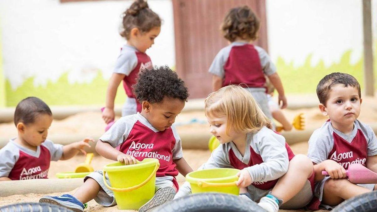 Niños de preescolar en el recreo.