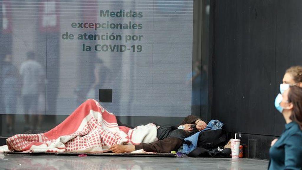 La atención a las personas sin hogar durante la pandemia: sin agua para beber y multas de policía