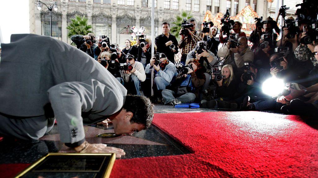 Antonio Banderas besa su estrella en el Paseo de la Fama de Hollywood, octubre de 2005