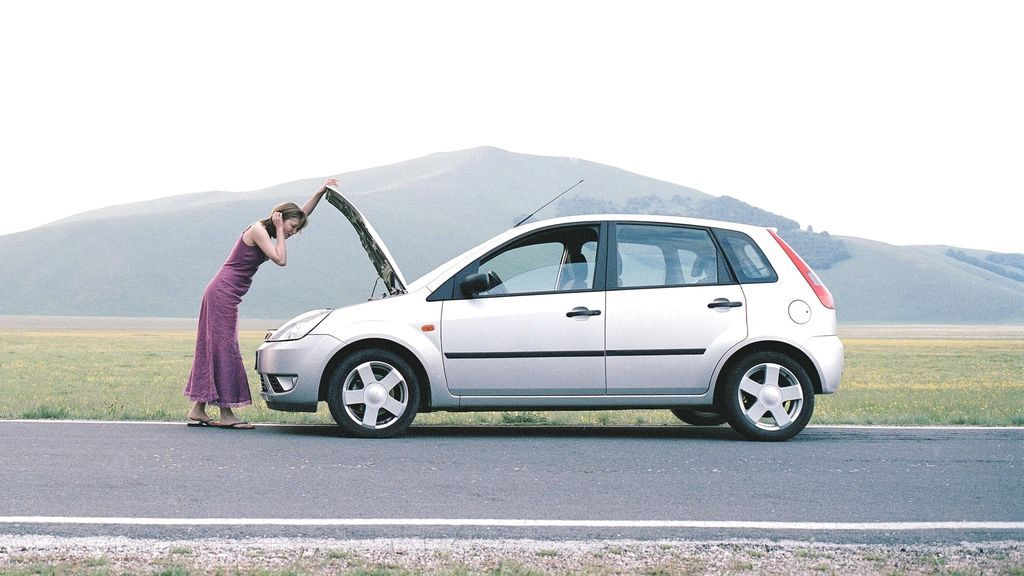Revisar la batería y el aceite de tu coche: clave para ahorrar dinero y evitar sustos estas vacaciones
