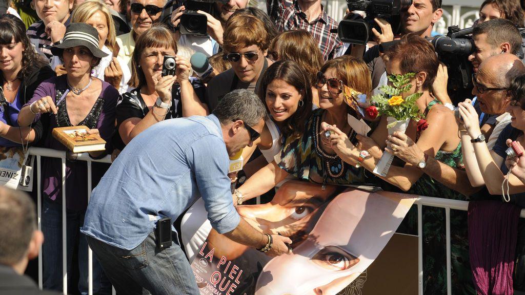 Firma de un póster de 'La piel que habito' en el Festival de San Sebastián, 2011