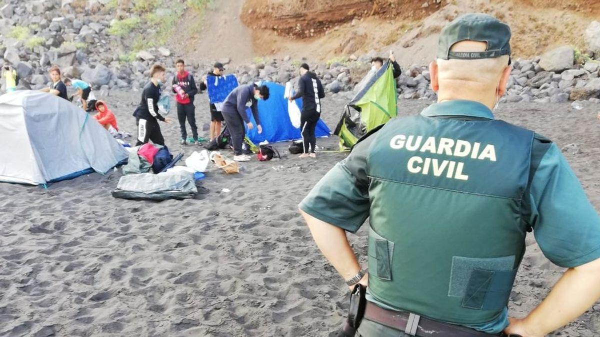 Desalojados 62 campistas que habían quedado para contagiarse el Covid-19 de la playa de Los Patos en Tenerife